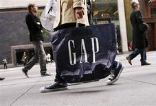 Le titre Gap figure au rang des valeurs à suivre ce vendredi sur les marchés américains, le géant de l'habillement ayant enregistré une baisse de 1% de ses ventes à périmètre comparable en mars, à 1,56 milliard de dollars, un chiffre en baisse de 1% mais meilleur qu'attendu. /Photo d'archives/REUTERS/Lucas Jackson