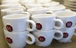 Dans un café Douwe Egberts à Amsterdam. Un groupe emmené par la société d'investissement allemande Joh A Benckiser (JAB) a lancé une OPA sur D.E Master Blenders 1753, la firme néerlandaise propriétaire des cafés Douwe Egberts, Senseo et Maison du Café, afin de renforcer sa position sur le marché des boissons chaudes. /Photo prise le 12 avril 2013/REUTERS/Toussaint Kluiters/United Photos