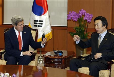 U.S. Secretary of State John Kerry (L) asks South Korean Foreign Minister Yun Byung-se about a TV wireless microphone as they meet at the foreign ministry in Seoul April 12, 2013. REUTERS/Lee Jae-Won