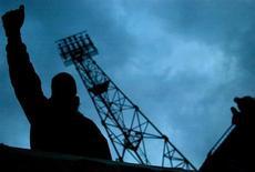 """Болельщик """"Селтика"""" на трибуне стадиона Na Stinadlech во время матча Кубка УЕФА между шотландской командой и """"Теплице"""" 3 марта 2004 года. REUTERS/Jeff J Mitchell"""