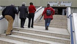 Devant un centre de santé à Lisbonne. Le Portugal a présenté à ses partenaires européens un nouveau plan de baisse des dépenses publiques - dans les secteurs de la sécurité sociale, de la santé, de l'éducation et des entreprises publiques - pour compenser la censure de certaines mesures d'austérité décidée la semaine dernière par la Cour constitutionnelle. /Photo prise le 9 avril 2013/REUTERS/Jose Manuel Ribeiro