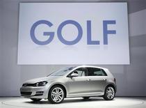 La nouvelle Golf de Volkswagen présentée au salon de l'automobile de New York. Le troisième constructeur automobile mondial a annoncé vendredi que ses ventes étaient restées stables en mars et prévenu que les conditions du marché allaient se détériorer en raison des incertitudes économiques qui continuent de prévaloir, tout particulièrement en Europe. /Photo prise le 27 mars 2013/REUTERS/Carlo Allegri