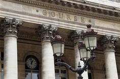Les Bourses européennes ont accru leurs pertes vendredi après-midi après des indicateurs montrant une dégradation des ventes au détail et du moral des ménages aux Etats-Unis, qui se sont ajoutés aux spéculations sur une rallonge de l'aide à Chypre. Paris a perdu 1,23% à 3.729,30 points. /Photo d'archives/REUTERS/John Schults