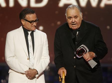 Actor and comedian Robin Williams (L) waits while comedian Jonathan Winters accepts the Pioneer Award at the taping of the 6th annual TV Land Awards in Santa Monica in this June 8, 2008 file photo. REUTERS/Fred Prouser/Files