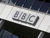 """""""Ding Dong! The Witch Is Dead"""" (""""Ding Dong ! La Sorcière est morte""""), extrait de la bande originale du """"Magicien d'Oz"""", décolle dans les meilleures ventes de musique en Grande-Bretagne depuis la mort de Margaret Thatcher et pose un casse-tête à la BBC. Dans un communiqué publié vendredi, le groupe public de radio-télévision annonce qu'il diffusera la chanson lors du Top 40 sur BBC Radio 1, mais pas dans son intégralité, seulement un extrait en expliquant les raisons de ce succès étonnant pour un film sorti en 1939. /Photo d'archives/REUTERS/Stephen Hird"""