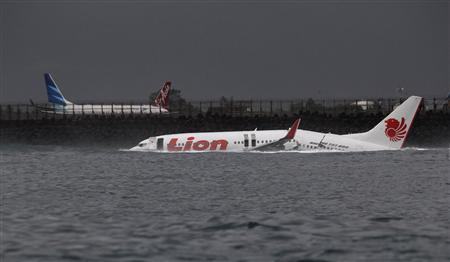 The body of a Lion Air plane is seen in the water after it missed the runway in Denpasar, Bali April 13, 2013. REUTERS-Stringer