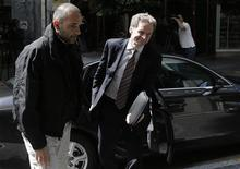 Le chef de la mission du FMI pour la Grèce Poul Thomsen à son arrivée au ministère grec des Finances à Athènes. Selon une source au fait des discussions, les inspecteurs de la troïka des bailleurs de fonds de la Grèce ont achevé leur évaluation des performances d'Athènes dans la mise en oeuvre des réformes qu'ils réclament, ouvrant la voie au déblocage d'une nouvelle tranche d'aide de 10 milliards d'euros. /Photo prise le 12 avril 2013/REUTERS/John Kolesidis