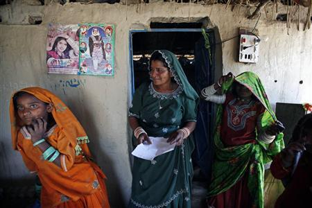 Veero Kolhi (C), a freed bonded labourer turned election candidate, talks to her supporters during an election campaign at a camp for freed bonded labourers,on the outskirts of the city of Hyderabad in Pakistan's Sindh province April 4, 2013. REUTERS/Akhtar Soomro