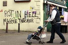 """Inscription hostile à Margaret Thatcher sur un mur de Belfast. Six jours après la mort de l'ex-Premier ministre, la chanson """"Ding Dong! The Witch Is Dead"""" (Ding Dong! La sorcière est morte), extraite de la bande originale du film """"Le magicien d'Oz"""", s'est hissée en deuxième position du palmarès en Grande-Bretagne. /Photo prise le 10 avril 2013/REUTERS/Cathal McNaughton"""