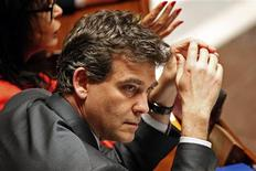 Le ministre du Redressement productif Arnaud Montebourg a confirmé dimanche que le gouvernement réfléchissait à des cessions de participations d'entreprises dont l'Etat est actionnaire, tout en excluant de les privatiser. /Photo prise le 10 avril 2013/REUTERS/Charles Platiau