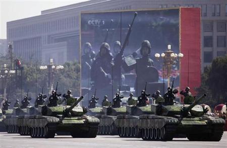 4月15日、スウェーデンのストックホルム国際平和研究所によると、2012年の世界の軍事費は前年比実質0.5%減の1兆7500億ドルとなり、1998年以来初の減少となった。写真は北京の天安門広場での軍事パレード。2009年9月撮影(2013年 ロイター/Nir Elias)