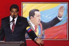 Исполняющий обязанности президента Венесуэлы и кандидат на президентских выборах Николас Мадуро выступает на церемонии в 11-ю годовщину возвращения на пост главы государства покойного Уго Чавеса в Каракасе 13 апреля 2013 года. Бывший водитель автобуса Николас Мадуро, протеже покойного президента Венесуэлы Уго Чавеса, с небольшим отрывом от оппозиционного кандидата выиграл воскресные президентские выборы, сообщила избирательная комиссия. REUTERS/Carlos Garcia Rawlins