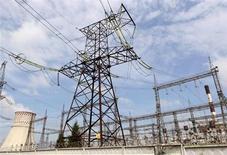 Линии электропередач в Минске, 28 июня 2011 года. Российский энергохолдинг ИнтерРАО сократил скорректированную чистую прибыль в 2012 году в 2,5 раза и EBITDA на 36,5 процента, оказавшиеся хуже прогноза. REUTERS/Vasily Fedosenko