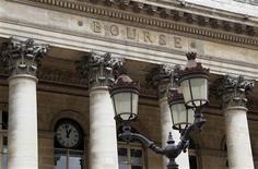 À Paris, l'indice CAC 40 perdait 1,02% à 3.691,26 points vers 13h00. Les Bourses européennes étaient orientées en net recul lundi à mi-séance, après un démarrage hésitant, dans un climat d'aversion généralisée au risque après la publication d'indicateurs décevants aux Etats-Unis et en Chine. /Photo d'archives/REUTERS/John Schults