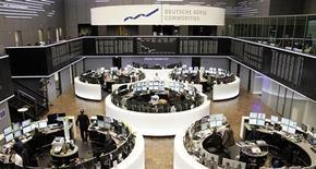Помещение Франкфуртской фондовой биржи 12 апреля 2013 года. Европейские фондовые рынки снижаются из-за падения акций горнорудных компаний, вызванного слабым экономическим ростом Китая. REUTERS/Remote/Lizza David