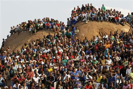 Mining community gathers at a hill dubbed the ''Hill of Horror'' during a memorial service for miners killed during clashes at Lonmin's Marikana platinum mine in Rustenburg, 100 km (62 miles) northwest of Johannesburg, August 23, 2012. REUTERS/Siphiwe Sibeko