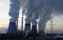 Дым поднимается из труб ТЭЦ при температуре минус 15 градусов в Москве 2 декабря 2010 года. Подконтрольная Газпрому российская генерирующая ОГК-2, объединившаяся год назад с ОГК-6, закончила первый год после слияния с чистой прибылью в 3 миллиарда рублей против минимальной прибыли в 10 миллионов рублей в 2011 году. REUTERS/Mikhail Voskresensky
