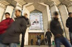 Студенты выходят из украшенного портретом президента Казахстана Нурсултана Назарбаева Центрального государственного музея в Алма-Ате 28 ноября 2012 года. Зависящая от спроса на нефть и металлы экономика Казахстана в январе-марте 2013 года замедлила рост до 4,5 процента по сравнению с 5,6 процента годом ранее на фоне снижения мировых цен на сырьё. REUTERS/Shamil Zhumatov