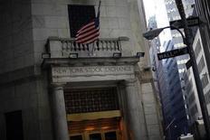 La Bourse de New York a ouvert dans le rouge lundi, après l'annonce d'un ralentissement inattendu de la croissance chinoise et des chiffres jugés décevants de l'activité manufacturière dans la région de New York. Quelques minutes après le début des échanges, le Dow Jones perd 0,35%, le S&P 500 recule de 0,48% et le Nasdaq cède 0,39%. /Photo d'archives/REUTERS/Eric Thayer