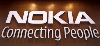Foto de archivo del logo de Nokia en su tienda insigne de Helsinki, sep 29 2010. El esfuerzo de Nokia por expandir las ventas de sus teléfonos avanzados Lumia en nuevos mercados como China podría ayudar a reducir una disminución de los ingresos generales y reducir sus pérdidas del primer trimestre, aliviando la presión sobre su CEO, Stephen Elop. REUTERS/Bob Strong