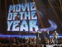 """Diretor Joss Whedon recebe o prêmio de de filme do ano por """"Os Vingadore"""", junto aos atores Chris Evans, Samuel L. Jackson e Tom Hiddleston no MTV Movie Awards de 2013, em Culver City, na Califórnia, EUA. """"Vamos trazer os 'Vingadores 2'"""", disse o diretor ao receber o prêmio, confirmando que uma sequência está sendo preparada. """"Os Vingadores"""" recebeu três prêmios, incluindo o principal, de """"Filme do Ano"""", juntamente com o de """"Melhor Vilão"""" para Tom Hiddleston como Loki, e a """"Melhor Luta"""". 14/04/2013. REUTERS/Danny Moloshok"""