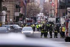 Policiais e bombeiros de Boston examinam o cenário após explosões interromperem a 117a Maratona de Boston, EUA. 15/04/2013 REUTERS/Dominick Reuter