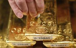 Le cours de l'or a perdu jusqu'à près de 10% lundi pour tomber sous 1.440 dollars l'once, son plus bas niveau depuis plus de deux ans, et se dirigeait vers sa plus forte baisse sur deux séances depuis février 1983, les investisseurs réduisant massivement leur exposition à ce marché. /Photo prise le 15 avril 2013/REUTERS/Lisi Niesner
