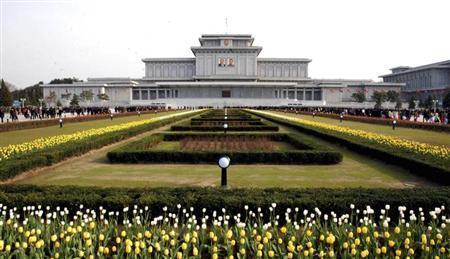 4月15日、北朝鮮が軍事行為の実行を威嚇する新たな声明を発表した。写真は錦繍山宮殿(2013年 ロイター/KCNA)