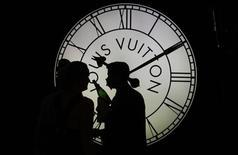 LVMH est l'une des valeurs à suivre à la Bourse de Paris après avoir fait état d'une activité soutenue au premier trimestre par une forte demande pour ses produits commercialisés en distribution sélective mais le groupe a enregistré un taux de croissance en nette décélération dans la mode et la maroquinerie. /Photo d'archives/REUTERS/Tobias Schwarz