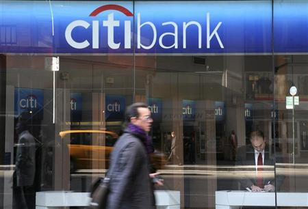 A man walks past a CitiBank branch on the Avenue of the Americas in New York, November 17, 2008. REUTERS/Brendan McDermid/Files