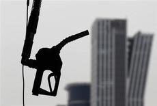 Заправочный пистолет висит на заправке в Сеуле, 6 апреля 2011 года. Цена нефти Brent опустилась ниже $100 за баррель впервые за девять месяцев в связи со слабыми макроэкономическими показателями Китая и США - крупнейших потребителей нефти. REUTERS/Lee Jae-Won