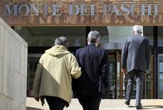 La justice italienne a ordonné le placement sous séquestre de plus de 1,8 milliard d'euros dans le cadre de l'enquête sur les soupçons de fraude visant la banque Monte Paschi, plusieurs de ses anciens dirigeants et une filiale du groupe japonais Nomura. /Photo prise le 27 avril 2012/REUTERS/Max Rossi