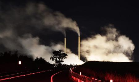 Steam and other emissions rise from a coal-fired power station near Lithgow, 120 km (75 miles) west of Sydney, July 7, 2011. REUTERS/Daniel Munoz