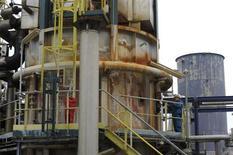 Le tribunal de commerce de Rouen a rejeté mardi les deux offres de reprise de la raffinerie Petroplus de Petit-Couronne. /Photo d'archives/REUTERS/Philippe Wojazer