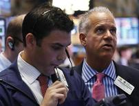 Wall Street rebondit mardi en ouverture, après avoir accusé la veille sa plus forte baisse depuis le mois de novembre, soutenue par le rebond de l'or et des indicateurs meilleurs que prévu. Dans les premiers échanges, le Dow Jones gagne 0,80%, le Standard & Poor's 500 reprend 0,88% et le Nasdaq, 0,87%./Photo prise le 15 avril 2013/REUTERS/Brendan McDermid
