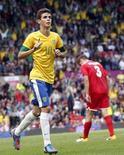 Oscar celebra gol marcado pela seleção brasileira contra Belarus em partida válida pelas Olimpíadas de Londres 2012, em Old Trafford, Manchester. Oscar, que saiu do Internacional para o Chelsea em julho, foi um dos quase 1,5 mil jogadores brasileiros envolvidos em transferências internacionais no ano passado. 29/07/2012. REUTERS/Andrea Comas