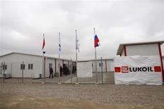 Люди у офиса Лукойла на месторождении Западная Курна-2 в Ираке 25 декабря 2012 года. Сотни жителей иракской провинции во вторник блокировали главный подъезд к гигантскому месторождению Западная Курна-2, оператором которого выступает российский Лукойл, требуя рабочих мест. REUTERS/Atef Hassan