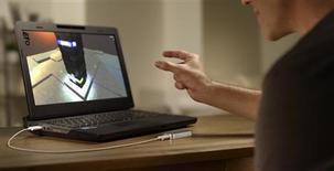 Le boîtier Leap Motion, qui sera intégré dans les PC de Hewlett-Packard, renferme des capteurs permettant de suivre les mouvements de dix doigts d'un individu avec une précision de 1/100ème de millimètre et donc d'interagir via le mouvement de ses mains dans une application ou un jeu vidéo spécifiquement développé à cet effet. /Photo prise le 15 avril 2013/REUTERS/Leap Motion/