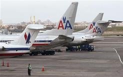 Toute la flotte d'American Airlines est clouée au sol mardi jusqu'à au moins 21h00 GMT en raison d'un problème informatique. /Photo prise le 16 avril 2013/REUTERS/Carlo Allegri