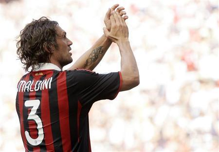 AC Milan's Paolo Maldini waves to the supporters at the end of the Italian Serie A soccer match against AS Roma at the San siro stadium in Milan May 24, 2009. REUTERS/Alessandro Garofalo