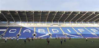 """Игроки сборной Бельгии тренируются на стадионе """"Кардифф Сити"""" в Кардиффе 6 сентября 2012 года. Валлийский """"Кардифф"""" в следующем сезоне впервые с 1962 года будет играть в высшем английском дивизионе. REUTERS/Rebecca Naden"""