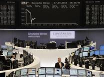 Les Bourses européennes reculent à la mi-séance pour la quatrième séance d'affilée, dans des marchés plombés par le secteur des produits de base reparti à la baisse avec les matières premières. À Paris, le CAC 40 perd 1,34% à 3.636,47 points vers 10h45 GMT. À Francfort, le Dax recule de 1,43% et à Londres, le FTSE de 0,52%. /Photo prise le 17 avril 2013/REUTERS/Remote/Marte Kiesling
