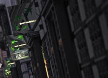 A la mi-séance, les banques pâtissent également du climat d'incertitudes favorable aux rumeurs et spéculations de marché. BNP Paribas abandonne 2,21%, Société générale 2,05% et Crédit agricole 1,9%. /Photo d'archives/REUTERS/Mal Langsdon