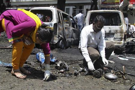 Forensic officials collect evidence at the scene of a blast near India's main opposition Bharatiya Janata Party (BJP) office in the southern Indian city of Bangalore April 17, 2013. REUTERS/Stringer