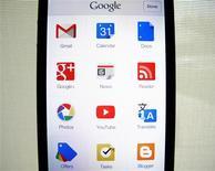 Imagen de archivo de una serie de aplicaciones de Google en un teléfono iPhone 5 de Apple en una ilustración realizada en Ecinitas, EEUU, abr 16 2013. Google está experimentando ciertos problemas en algunas de sus aplicaciones más populares, como Gmail o Google Drive, informó el miércoles el motor de búsqueda. REUTERS/Mike Blake
