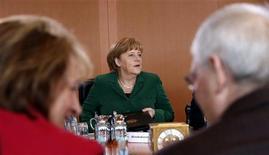 Le gouvernement allemand, mené par la chancelière Angela Merkel, a approuvé mercredi un programme destiné à ramener la première économie de la zone euro à un budget excédentaire en 2016. /Photo prise le 17 avril 2013/REUTERS/Fabrizio Bensch