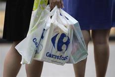 Carrefour est à suivre jeudi à la Bourse de Paris, le distributeur ayant publié un chiffre d'affaires quasiment stable en données comparables au premier trimestre grâce à la bonne tenue de ses activités en Amérique latine. /Photo prise le 29 août 2012/REUTERS/Tim Chong