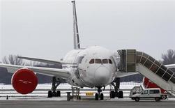 """Un 787 """"Dreamliner"""" de Boeing appartenant à la compagnie polonaise LOT, cloué au sol. Les autorités américaines sont sur le point d'approuver un document susceptible d'enclencher la reprise, d'ici quelques semaines, des vols commerciaux de la cinquantaine de B787 déjà en exploitation dans le monde. Ces avions sont immobilisés depuis trois mois en raison d'incidents mettant en cause la sécurité des batteries lithium-ion de l'appareil. /Photo prise le 13 février 2013/REUTERS/Peter Andrews"""