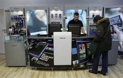 Nokia a réduit ses pertes au premier trimestre grâce à la hausse des ventes de sa gamme Lumia, mais cette amélioration est largement occultée par la baisse des volumes de ses modèles d'entrée de gamme et la perspective d'une dégradation de la marge d'exploitation. /Photo prise le 11 janvier 2013/REUTERS/Kacper Pempel