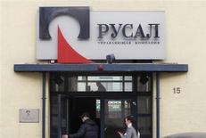 Люди входят в офис компании Русал в Москве, 19 марта 2012 года. Русал рассчитывает получить полмиллиарда долларов в качестве дивидендов за 2012 год от Норильского никеля, в котором алюминиевому гиганту принадлежит примерно четверть, сказал в четверг топ-менеджер Русала. REUTERS/Denis Sinyakov